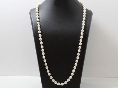 Long collier composé d'un rang de perles...