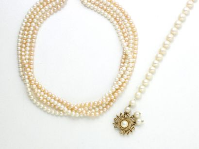 Lot composé d'un collier 4 rangs de perles...