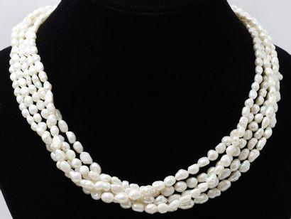 Collier composé de 5 rangs de perles d'eau...