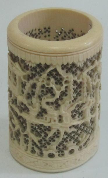 Pot à pinceau en ivoire (manque le fond)...