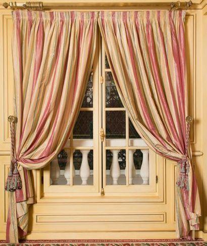 Trois tringles à rideaux en laiton doré terminées...