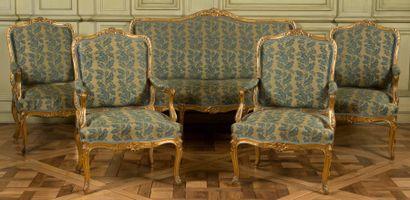 Canapé et quatre grands fauteuils à grand dossier plat en bois sculpté et doré à...
