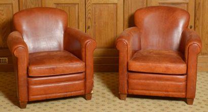Paire de fauteuils garnis de cuir fauve....