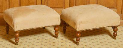 Paire de tabourets rectangulaires garnis d?alcantara beige sur quatre pieds en bois...