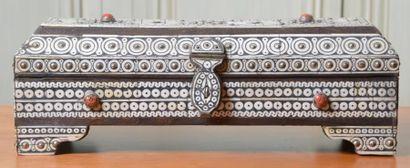 Coffret à couvercle à pans en bois plaqué d?ivoire. Ancien travail du Maroc