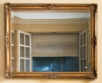 Grand miroir rectangulaire à glace biseautée...