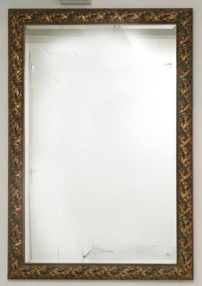 Miroir rectangulaire en bois sculpté et doré...