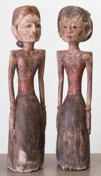 Deux personnages en bois sculpté avec traces...