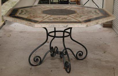Table à plateau octogonal en marbre «opus incertum» et marqueterie florale polychrome....