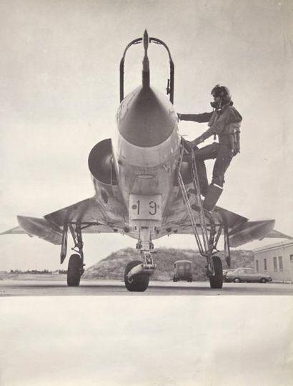 AVION DE CHASSE - Affiche figurant un avion de chasse de type mirage et son pilote....