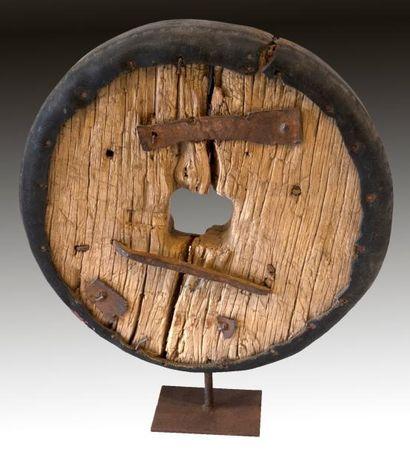 ROUE ANCIENNE (bois, fer et caoutchouc) montée...