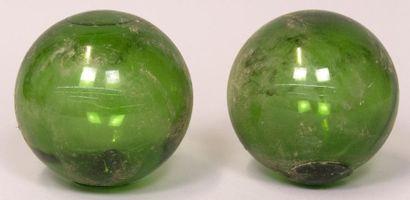 2 BOULES en verre vert.