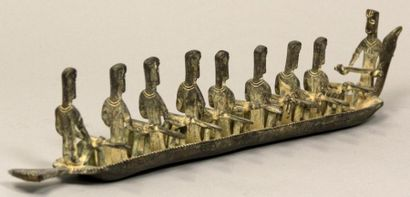 MAQUETTE EN METAL figurant une barque et ses rameurs. 36 cm.
