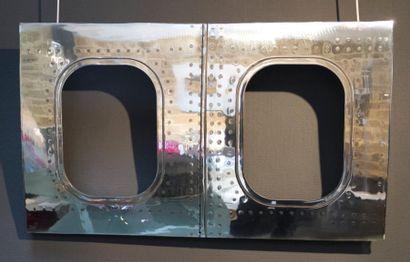 PANNEAU DE CARLINGUE (2 HUBLOTS) provenant d'un Boeing 727 poli sur sa face avant....