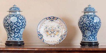 ASIE – CHINE Paire de potiches balustre couvertes en porcelaine à décor en bleu...