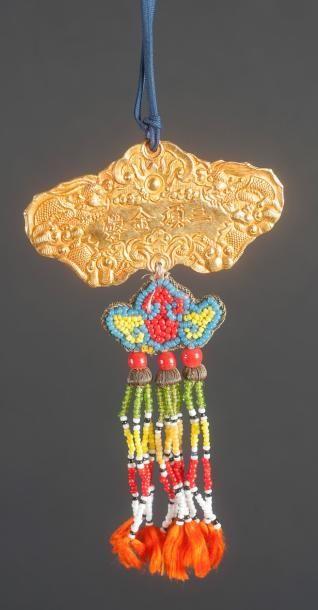 ASIE – CHINE Pendentif en or, en forme d'instrument de musique qing, les deux faces...