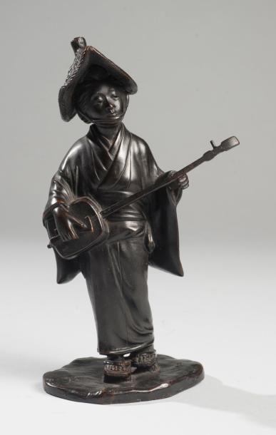 ASIE – JAPON Okimono en bronze représentant une joueuse de Samisen. Japon, période...