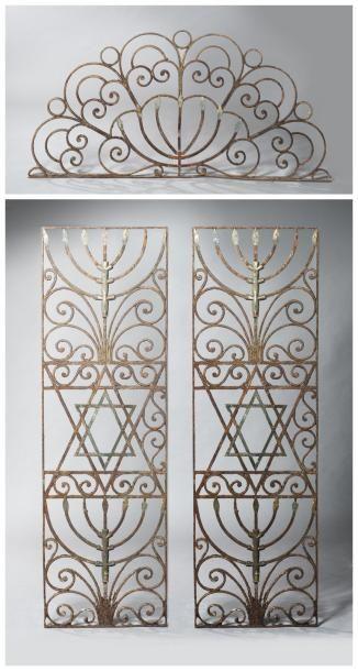 Paire de grilles de synagogue en fer forgé...