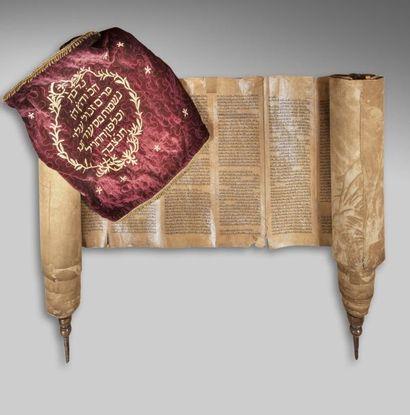 Sefer Torah dans un étui en velours. Le Sefer...