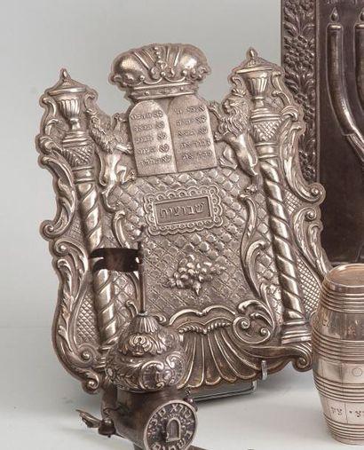 Plaque en argent à décor en repoussé de colonnes...