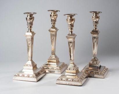 Série de quatre flambeaux en cuivre argenté,...