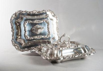 Paire de légumiers doubles en métal argenté à bordures Rocaille, les prises à godrons...
