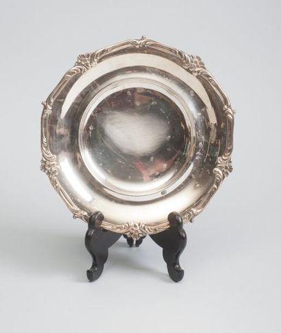 Coupe ronde sur piédouche en argent uni, le marli à décor de rinceaux feuillagés...