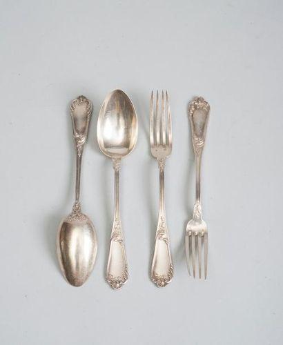 Série de douze fourchettes et onze cuillères...