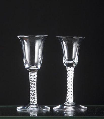 Deux verres à la façon d'Angleterre à coupe...