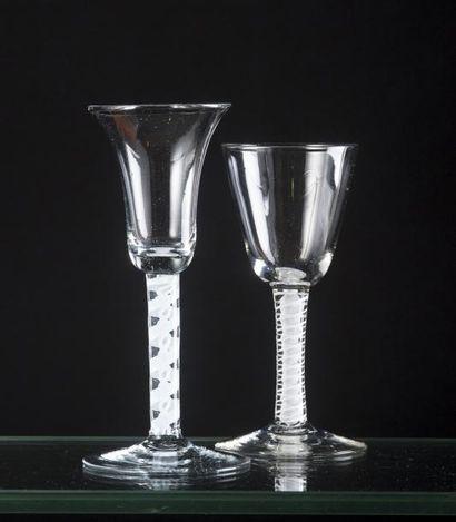 Deux verres à la façon d'Angleterre, l'un...