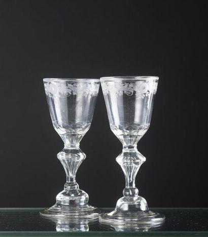 Deux verres en verre soufflé, coupe tronconique...