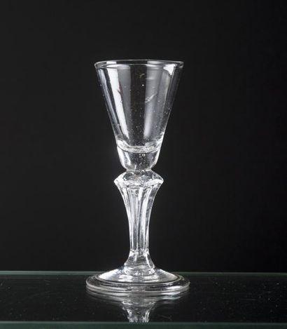 Verre en verre soufflé, coupe conique, jambe...