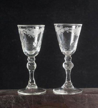 Deux verres à coupe conique gravée de fleurettes...