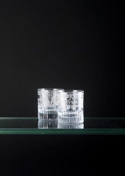 Paire de petits gobelets en verre moulé gravé...