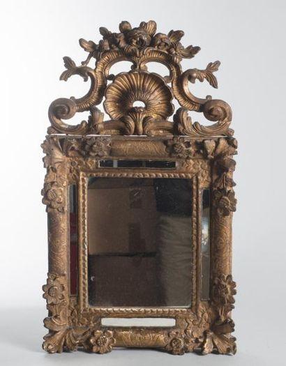Miroir à fronton à parecloses en bois sculpté...