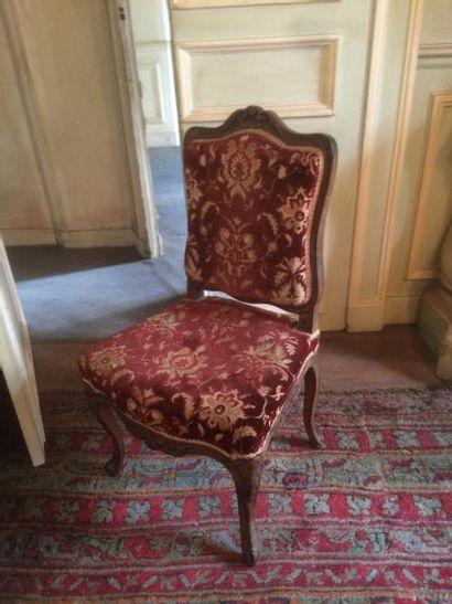 Suite de cinq chaises en bois naturel mouluré sculpté notamment d'agrafes feuillagées....