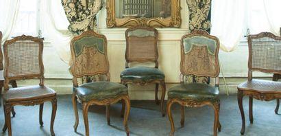 Quatre chaises canées en bois naturel mouluré sculpté de fleurettes, pieds cambrés....