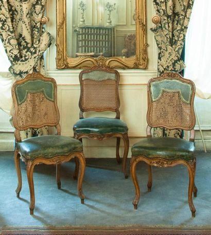 Trois chaises en bois naturel mouluré sculpté...