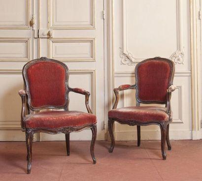 Deux fauteuils en bois naturel mouluré sculpté...