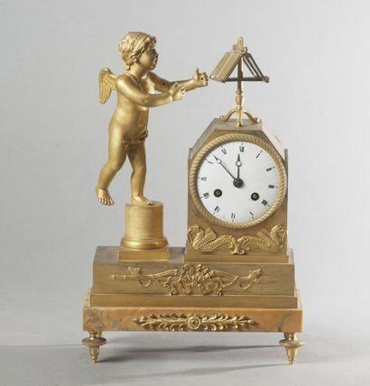 Petite pendule en bronze ciselé et doré représentant...