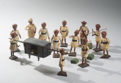 Ensemble de douze personnages en bois polychrome représentant un détachement de...