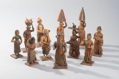 Ensemble de onze personnages en bois et tissus...