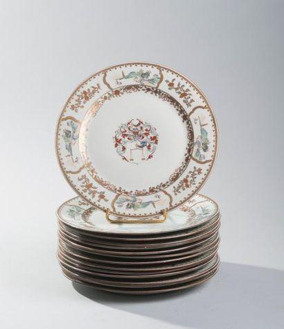 Suite de quatorze assiettes en porcelaine...