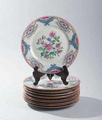 Suite de douze assiettes en porcelaine et...