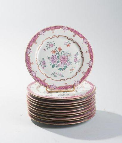 Suite de douze assiettes à dessert en porcelaine...