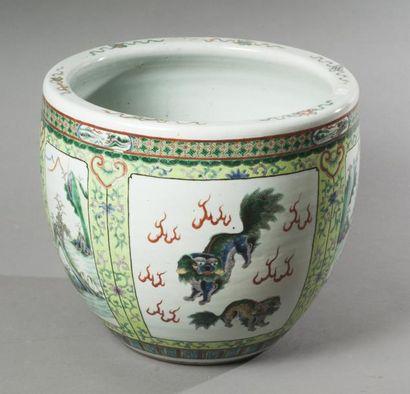 ASIE – CHINE Vasque à poissons en porcelaine émaillée famille verte à décor en médaillons...