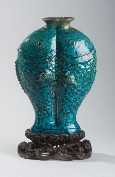 ASIE – CHINE Vase en biscuit émaillé bleu turquoise. Reprenant la forme de deux...