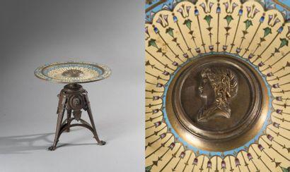 Dans le gout de BARBEDIENNE Plat en bronze doré et patiné à décor floral émaillé....