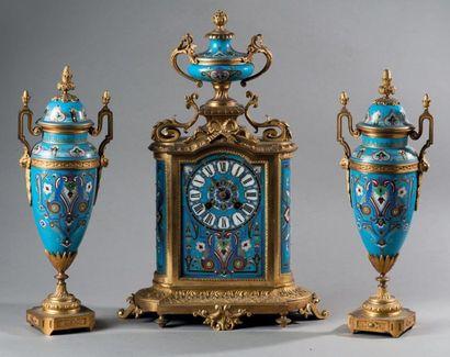 Garniture en bronze doré et porcelaine à fond bleu et décor polychrome émaillé de...