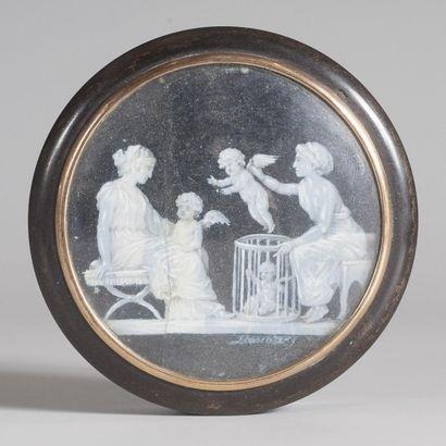 Boîte ronde couverte en écaille et composition,...